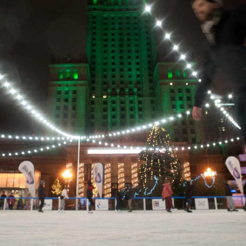 Oświetlenie lodowiska przed pałacem kultury PKIN w Warszawie